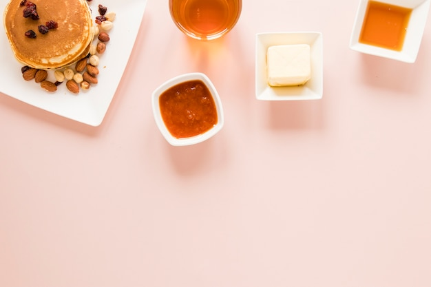 Flat pancakes panqueques mantequilla y mermelada con copia espacio
