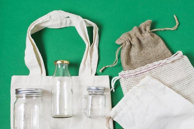 Flat pone diferentes productos de cero residuos en fondo verde
