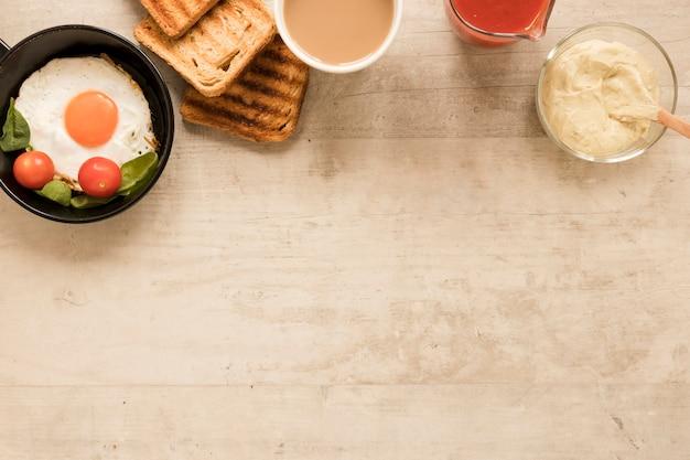 Flat pone huevo frito en sartén y tostadas con espacio de copia