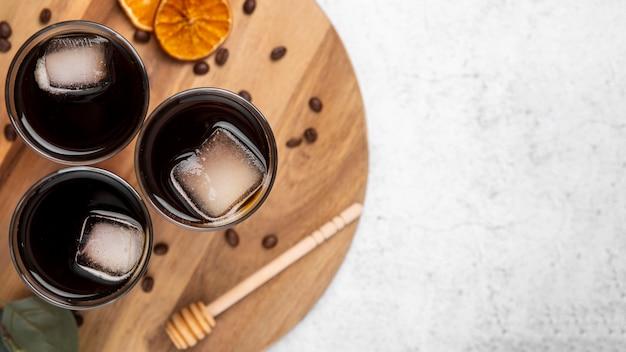 Flat pone vasos de café alto y helado