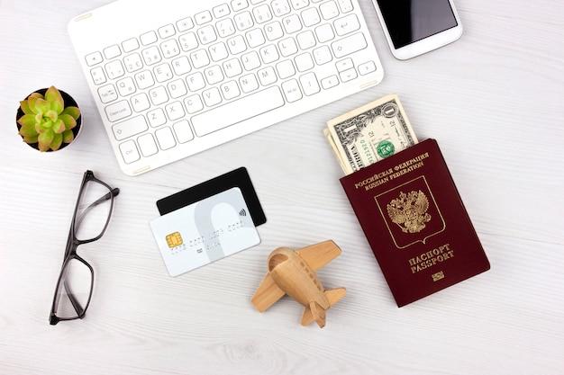 Flatlay con pasaporte ruso, tarjetas de crédito y dinero