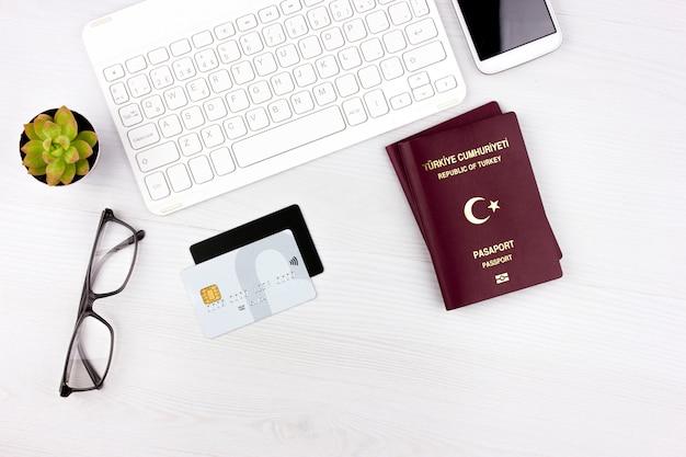 Flatlay con pasaporte turco, avión y tarjetas de crédito