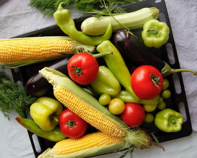 Flatlay de verduras frescas en la bandeja de hierro negro