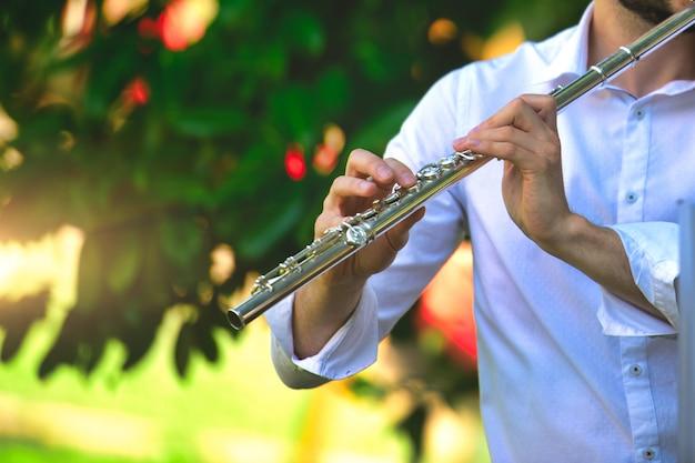 Flauta transversal tocada por un hombre