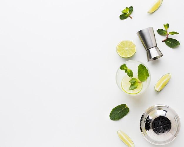 Flay lay de cócteles esenciales con limón y espacio de copia