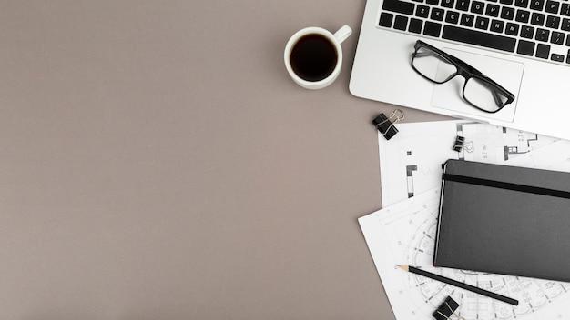 Flay lay del concepto de escritorio con espacio de copia