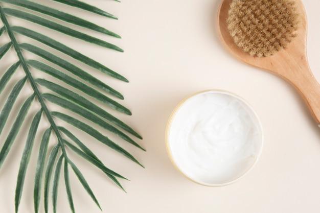 Flay lay de cosméticos para el cuerpo sobre fondo liso