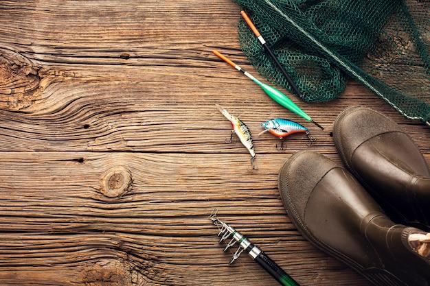 Flay lay de elementos esenciales de pesca con espacio de copia