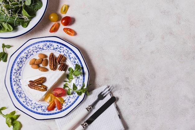 Flay lay de plato con nueces y ensalada