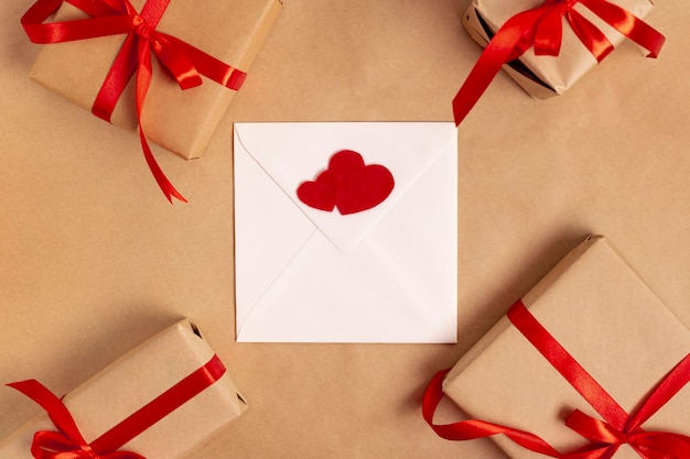 Flay lay de sobre con regalos para el día de san valentín