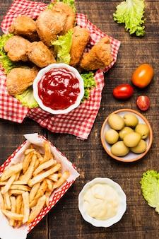 Flay pone comida rápida en la mesa de madera