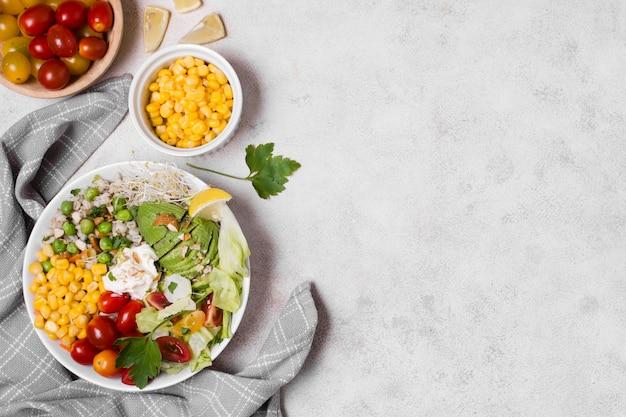 Flay pone verduras saludables en un plato con espacio de copia