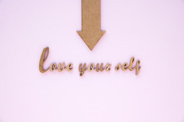 Flecha apuntando al amor a ti mismo escribiendo