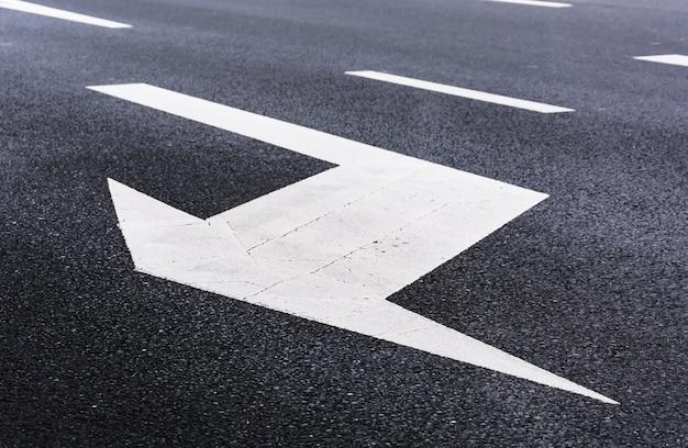 Flecha blanca en la carretera