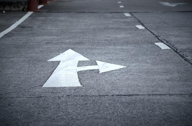 Flecha en la carretera