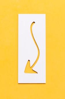 Flecha curvilínea curvada en papel apuntando hacia abajo