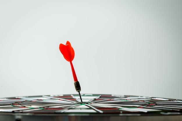 Flecha de dardo que golpea en el centro de la diana. concepto del exito
