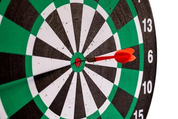 Flecha de dardo rojo en el objetivo de la diana en el tablero de dardos