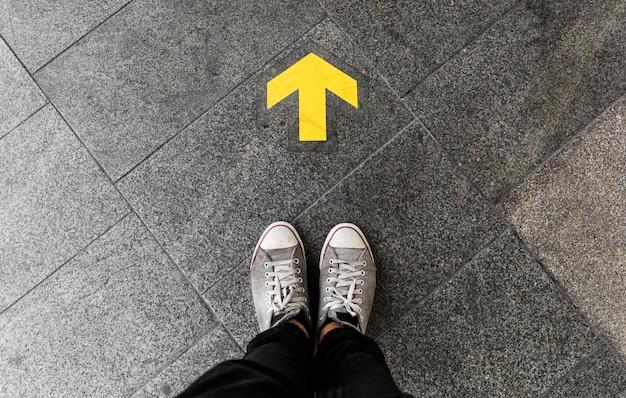 Flecha de dirección en el piso