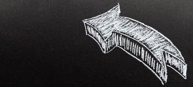 Flecha dibujada con tiza con espacio de copia
