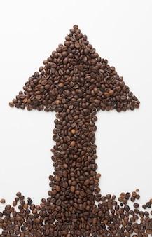 Flecha hecha de granos de café.