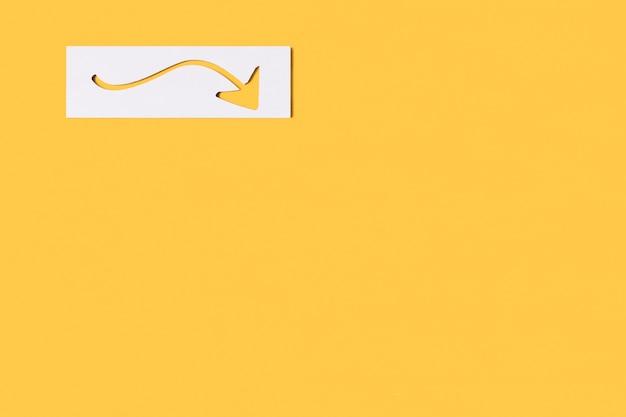 Flecha minimalista curvada en papel