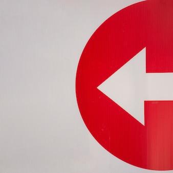 Flecha minimalista con la mitad del círculo.