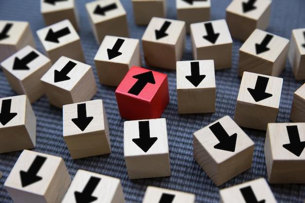 Flecha negra en bloques de madera para el cambio.