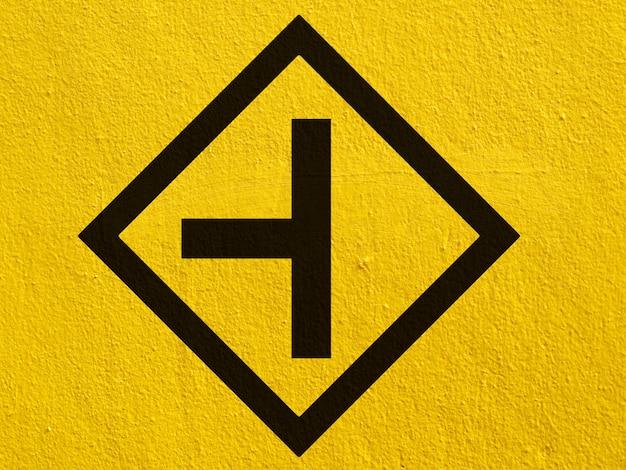 Una flecha negra señala pintada en una pared de estuco afuera