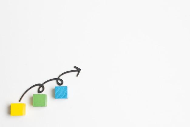 Flecha y pasos en cubos con espacio de copia