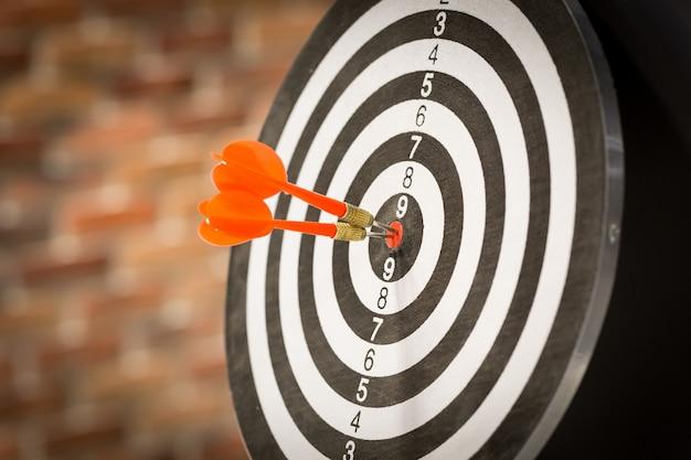 Flecha roja del blanco del dardo que golpea en la diana con, comercialización del blanco y éxito empresarial