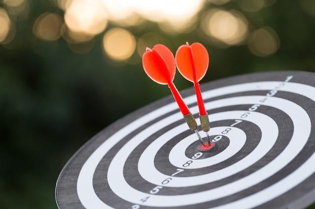 Flecha roja del blanco del dardo que golpea en la diana con el concepto de marketing objetivo y éxito empresarial