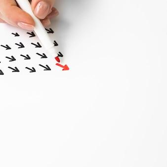 Flecha roja rodeada de negras con espacio de copia
