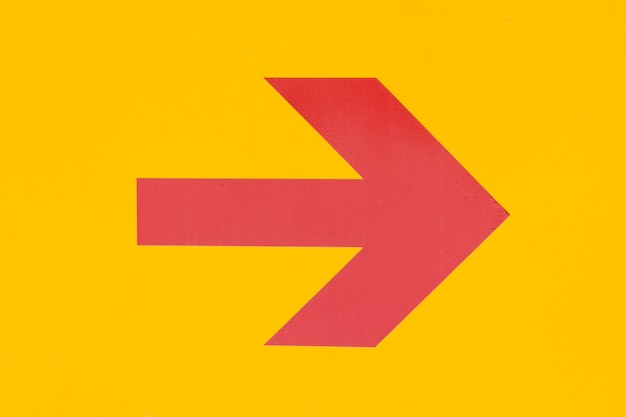 Flecha roja sobre fondo naranja