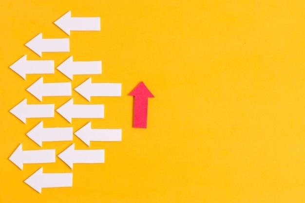 Flecha única hacia adelante y copia espacio