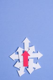 Flechas apuntando al azar con espacio de copia