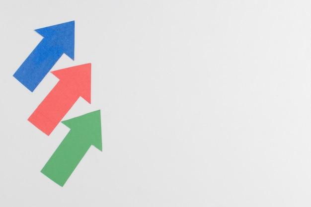 Flechas coloridas y espacio de copia