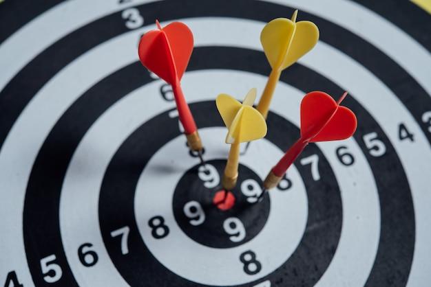 Flechas de dardos en el concepto de negocio de centro de destino