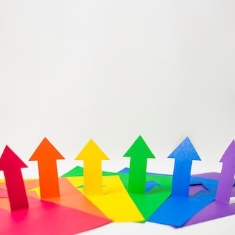 Flechas de papel en colores lgbt