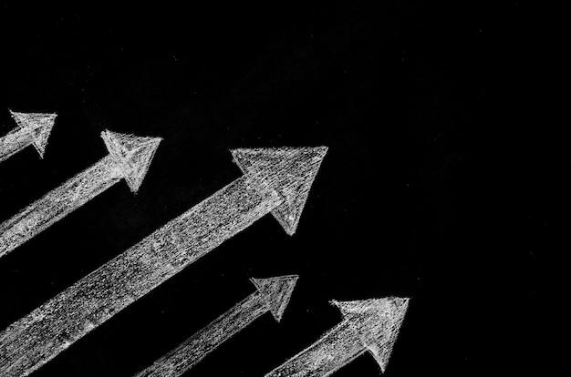 Flechas de tiza dibujadas con espacio de copia