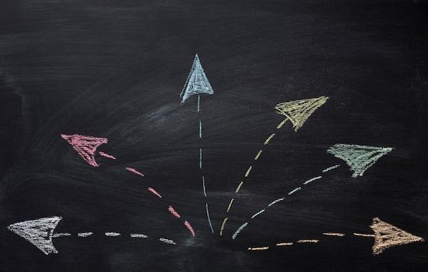 Flechas de tiza que van en diferentes direcciones