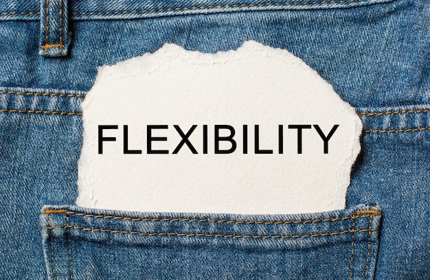 Flexibilidad en la pared de papel rasgada en jeans