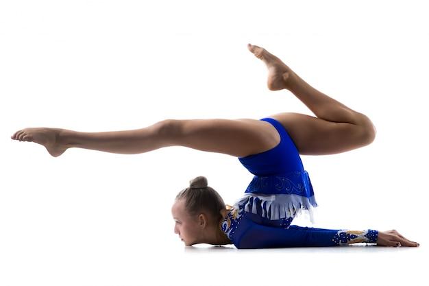 Flexible chica haciendo gimnasia