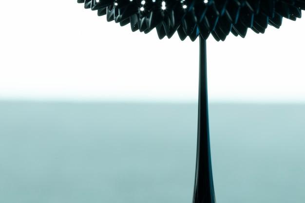 Flor abstracta de metal líquido ferromagnético con espacio de copia
