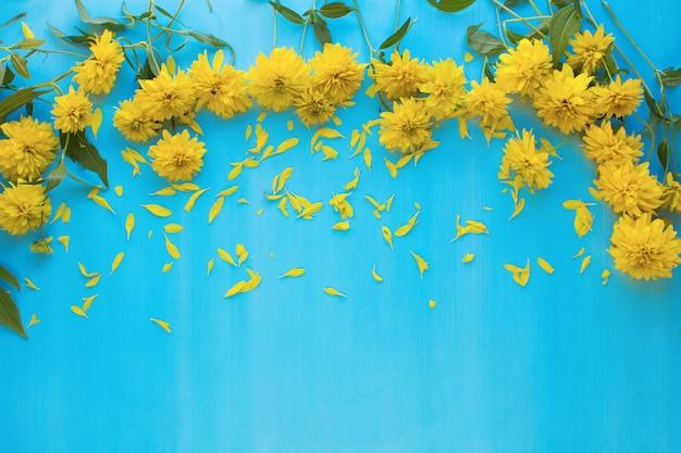 Flor amarilla en azul
