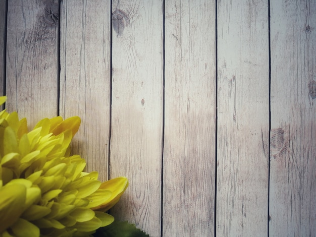 Flor amarilla se colocan en la mesa de madera blanca.