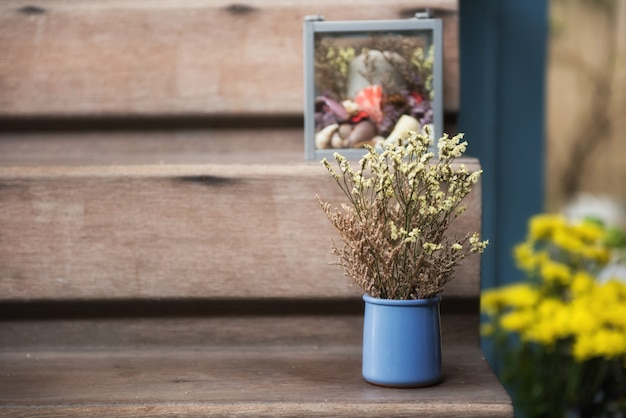 Flor artificial decorada en escalera de madera