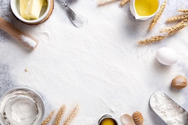 Flor blanca con ingredientes para cocinar sobre la mesa