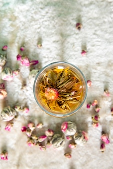 Flor de bola de té floreciente