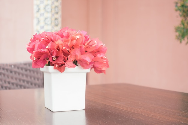 Flor de buganvilla en florero